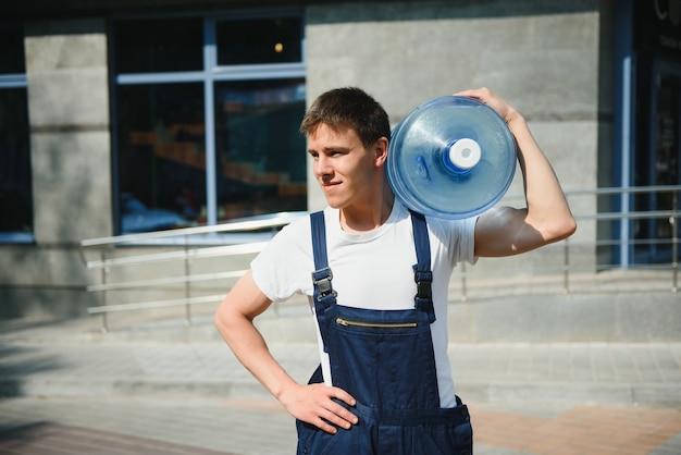 Доставка человек с бутылкой воды на открытом воздухе
