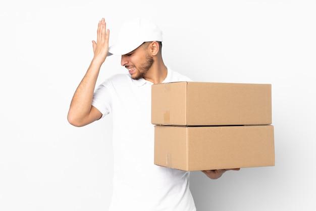 箱を持った配達人