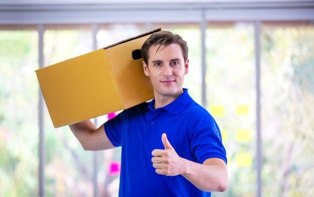 Доставщик с картонной коробкой