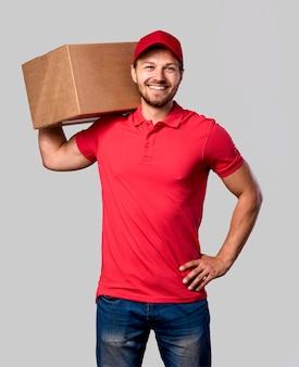 Uomo di consegna con pacchetto sulla spalla