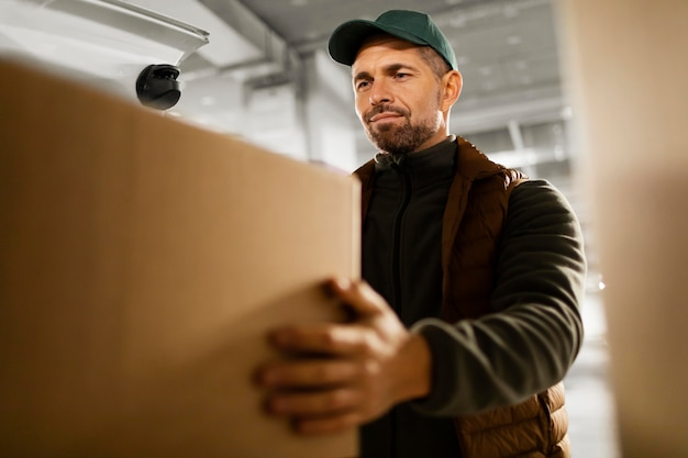 パッケージを持つ配達人