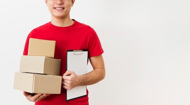 Uomo di consegna con pacchi