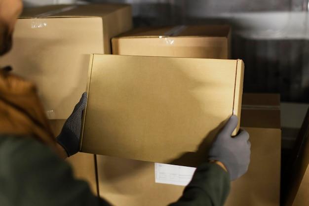 Доставщик с пакетами