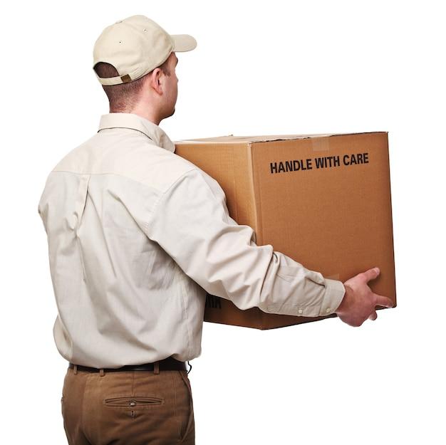 Доставщик с видом сзади посылки, изолированные на белом