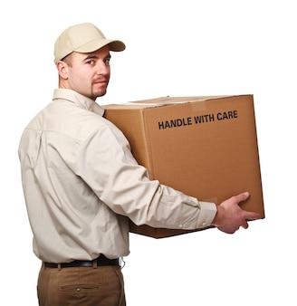 Доставщик с изолированным видом сзади посылки