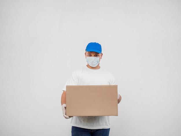 Uomo di consegna con sfondo bianco