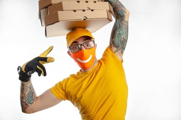 검역 중인 음식과 물품 배달, 바이러스 방지 마스크로 소포를 배달하는 남자, 피자와 함께 택배