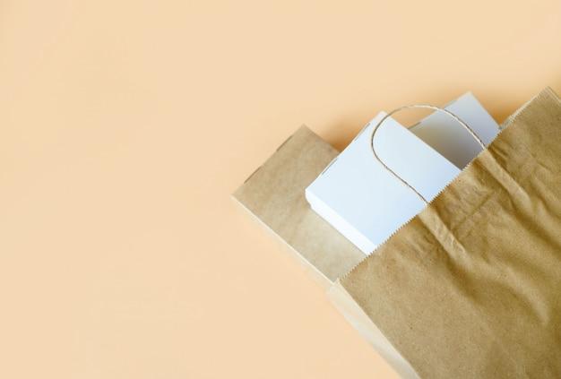 明るい背景にエコボックスとパッケージで、自宅での食品の配達。