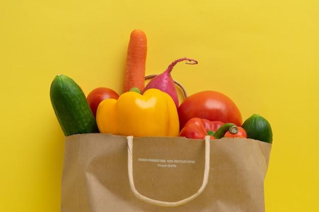 Доставка овощей. пакет с овощами