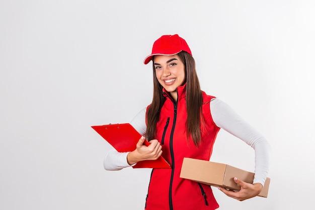 クリップボードを持った荷物と赤い制服を着て幸せそうに笑う荷物を配達する配達員。