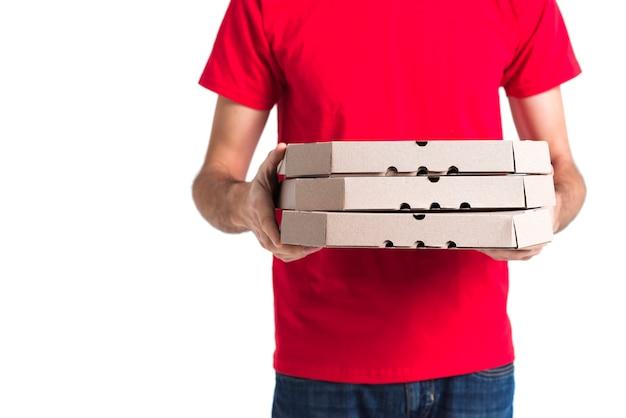 配達用ピザの少年と食料品の箱