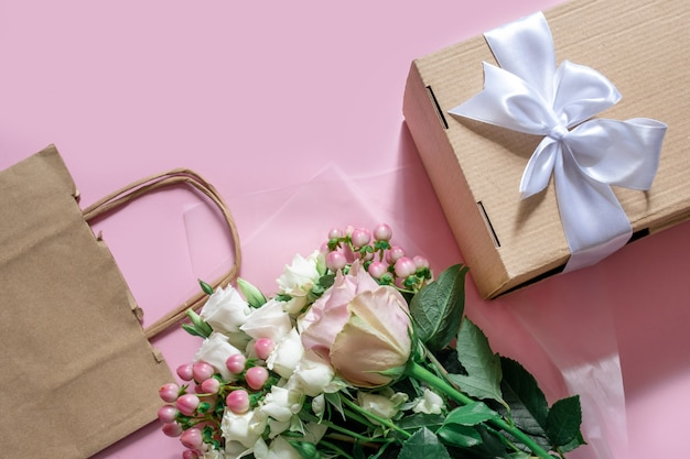 Служба доставки упаковочная сумка коробка цветочков розовый белый фон подарочная доставка