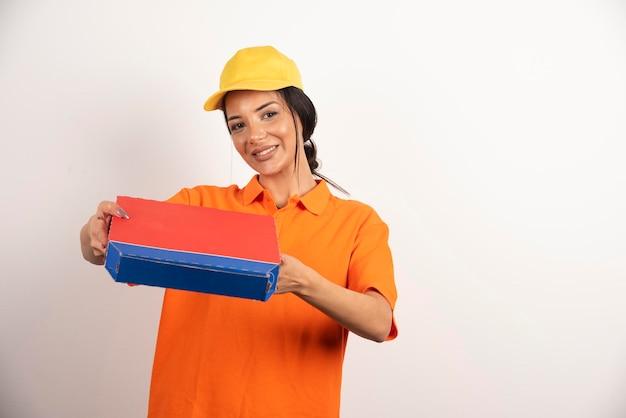 Donna di servizio di consegna che tiene la scatola di cartone della pizza.