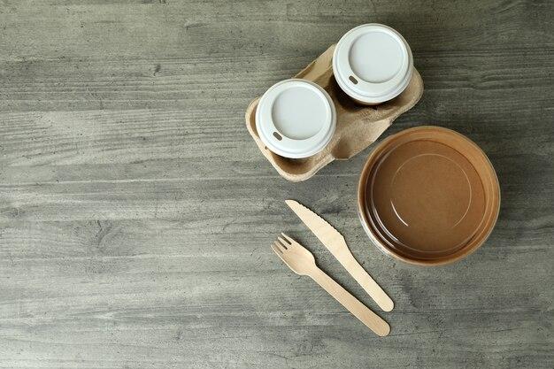 灰色の織り目加工のテーブル、上面図の配達食器