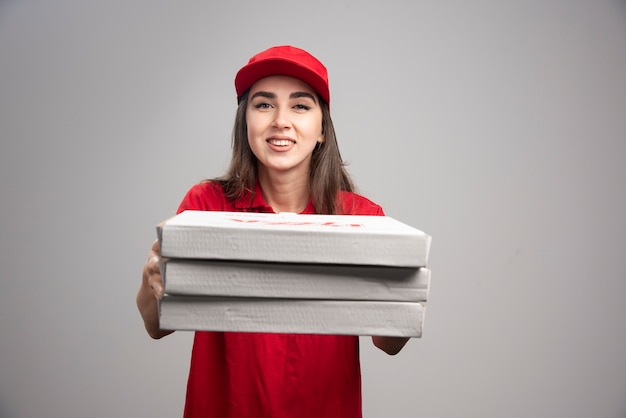 ピザの注文を手放す出産女性。