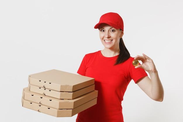 Женщина доставки в красной кепке, футболке давая итальянскую пиццу заказ еды в картонных коробках flatbox, изолированных на белом фоне. женский пицца, работающий курьером, держит биткойн, монету золотого цвета.