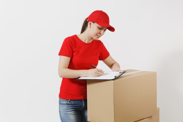 빨간 모자에 배달 여자, 흰색 배경에 고립 된 t-셔츠. 종이 문서로 클립보드를 채우고 빈 판지 상자에 빈 시트를 들고 있는 여성 택배. 패키지 수신 복사 공간