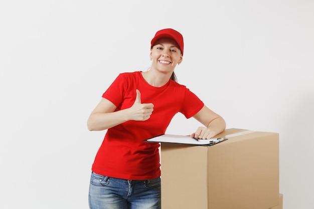빨간 모자에 배달 여자, 흰색 배경에 고립 된 T-셔츠. 종이 문서로 클립보드를 채우고 빈 판지 상자에 빈 시트를 들고 있는 여성 택배. 패키지 수신 복사 공간 프리미엄 사진