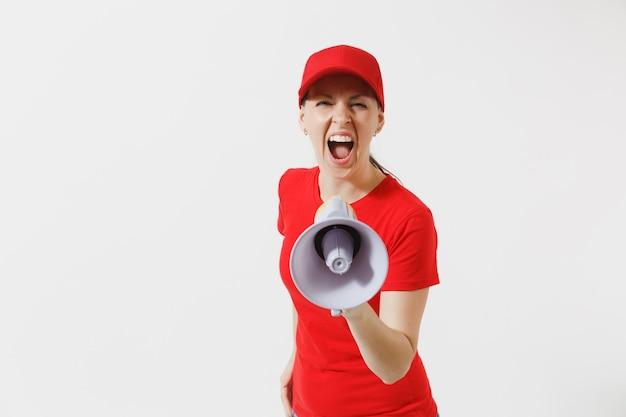 Женщина-доставщик в красной форме, изолированные на белом фоне. женщина в кепке, футболка работает курьером, кричит в мегафон горячих новостей. веселая девочка объявляет о распродаже со скидками. скопируйте место для рекламы.