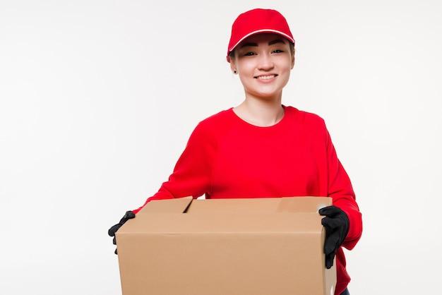白で隔離赤い制服を着た配達の女性