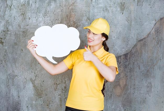 雲の形の情報ボードを保持している黄色の制服を着た配達の女性。
