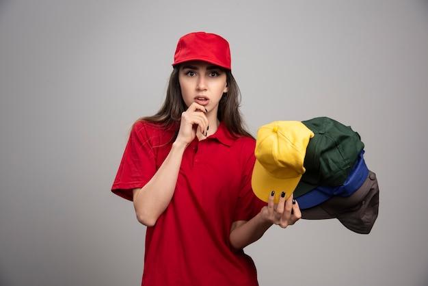 Donna di consegna con cappucci colorati