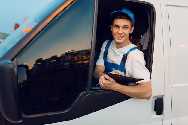 Экспедитор в форме водит машину, служба доставки, доставка. мужчина в почтовом транспортном средстве, доставка мужчин, курьер или доставка