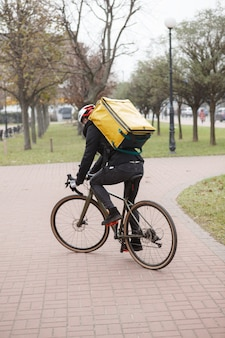 작업하는 동안 열 배낭 타고 자전거와 배달원