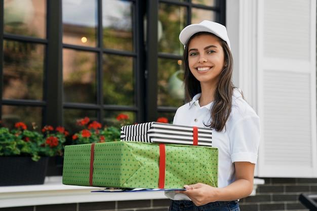 선물 상자와 폴더를 들고 배달원