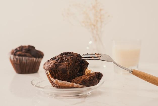 Вкусный домашний шоколадный кекс на столе. готов есть.