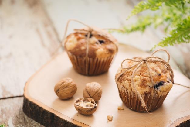 Вкусные домашние кексы с орехами на столе. сладкая выпечка