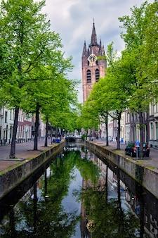 Канал дельт с велосипедами и автомобилями, припаркованными вдоль дельфта, нидерланды
