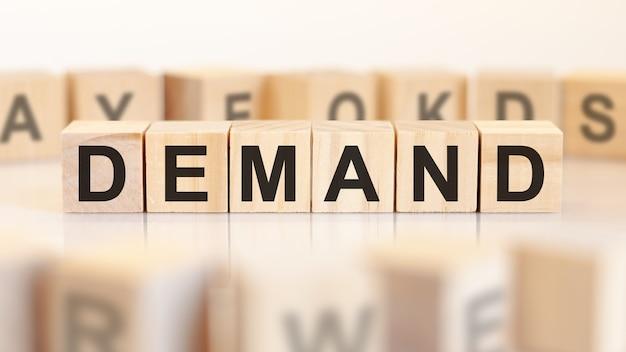 Спрос - деревянные буквы на офисном столе, белый фон, бизнес-концепция.