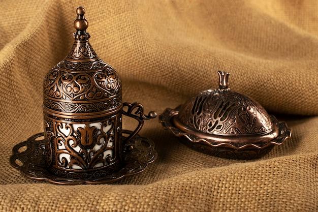 Турецкий кофе в традиционной медной посуде, рахат-лукум и чашка demitassa