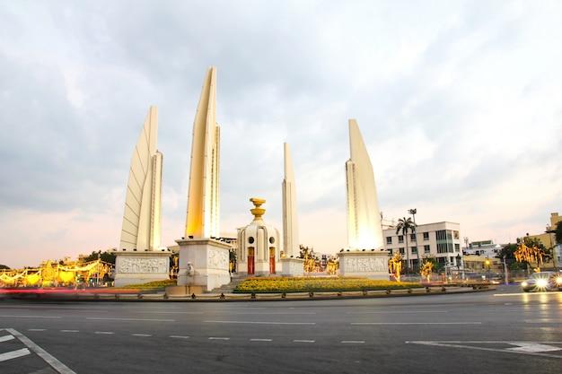 Памятник демократии в сумерках, бангкок, таиланд.