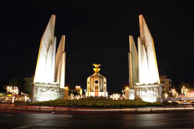 Памятник демократии ночью, бангкок, таиланд.
