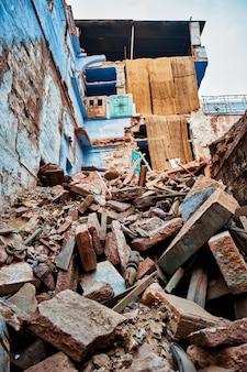 인도의 철거 된 집 폐허