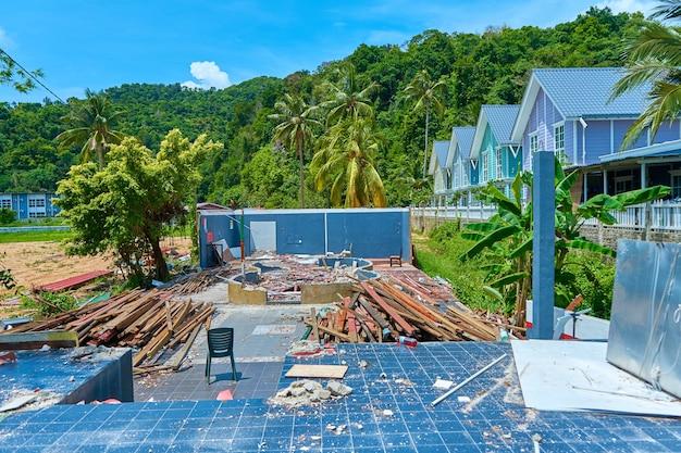 ハリケーンによって破壊された家の解体。建設ごみ
