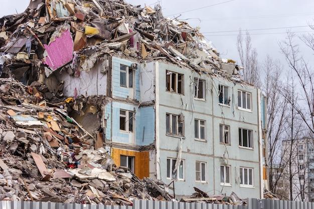 도시 환경에서 건물의 철거. 폐허가 된 집.