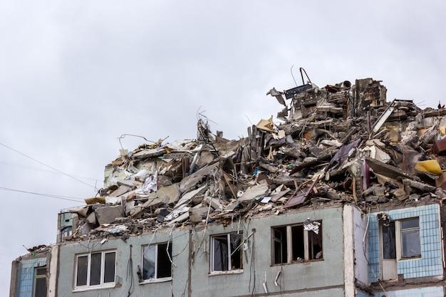 Снос зданий в городских условиях. дом в руинах.