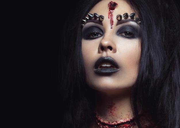 Девушка-демон с пулей в голове и перерезанным горлом.