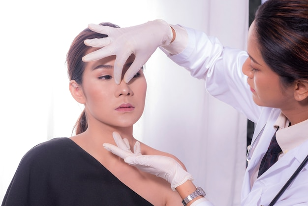 Demonstrations on the face for plastic surgery