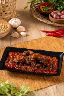 Денденг - это тонко нарезанное сушеное мясо в индонезийской кухне.