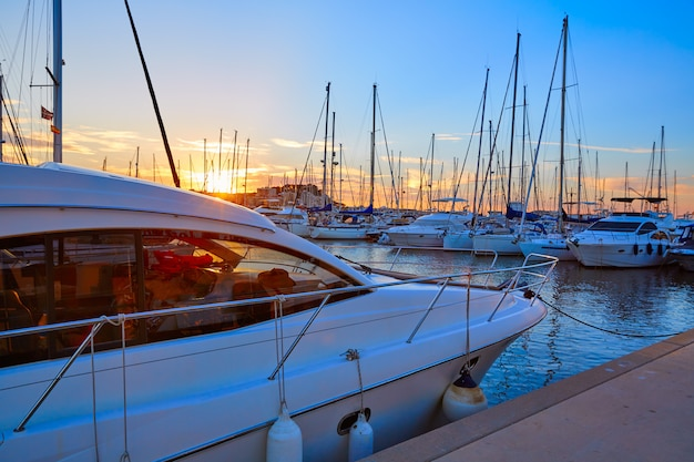 Дения закат в пристани для яхт средиземноморья испания