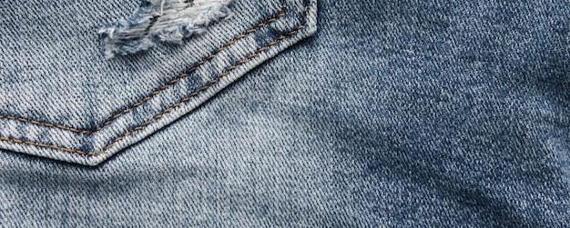 Джинсовая текстура синих джинсов с потертостями и дырами