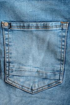 Джинсовый карман на синих джинсах. вертикальная рама.