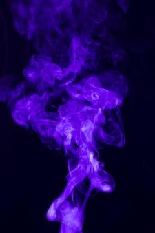 검은 배경에 소용돌이 치는 짙은 연기