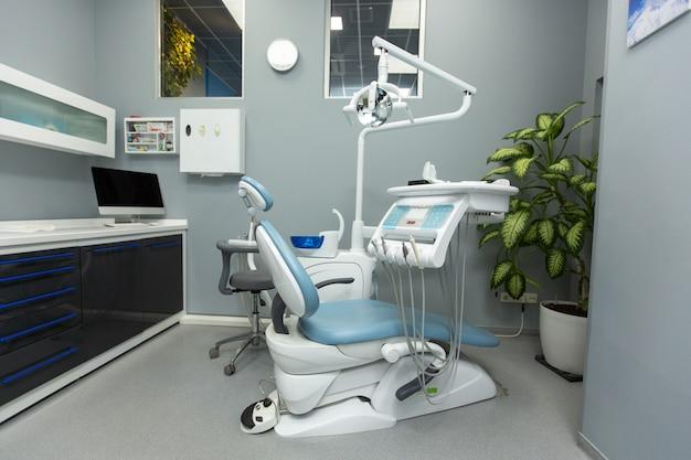 Стоматологический кабинет с различным медицинским оборудованием