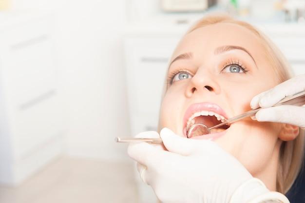 치과 치료 어금니 치료 치과 사무실을 방문하는 젊은 여성 환자