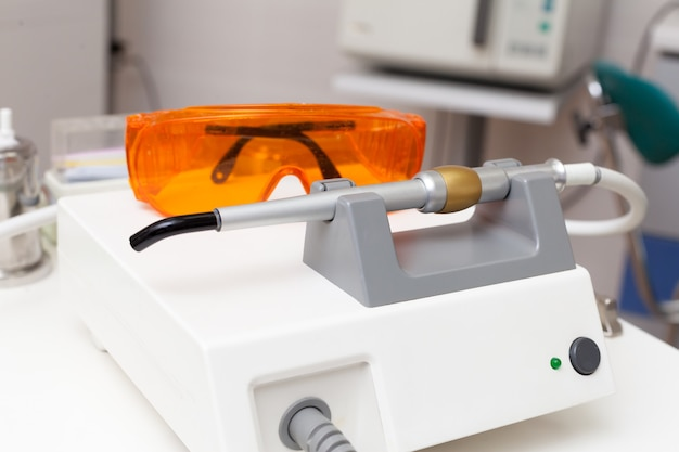 Стоматологические устройства и инструменты
